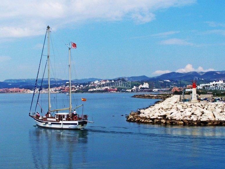Salida en velero desde el puerto de Estepona