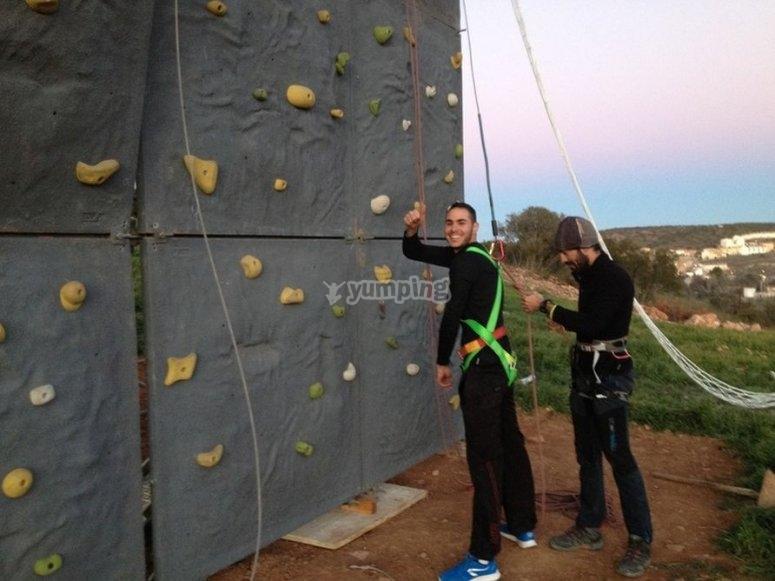 在登山攀岩墙攀岩墙在鲁伊德拉攀岩墙从下面爬Rocodromo准备
