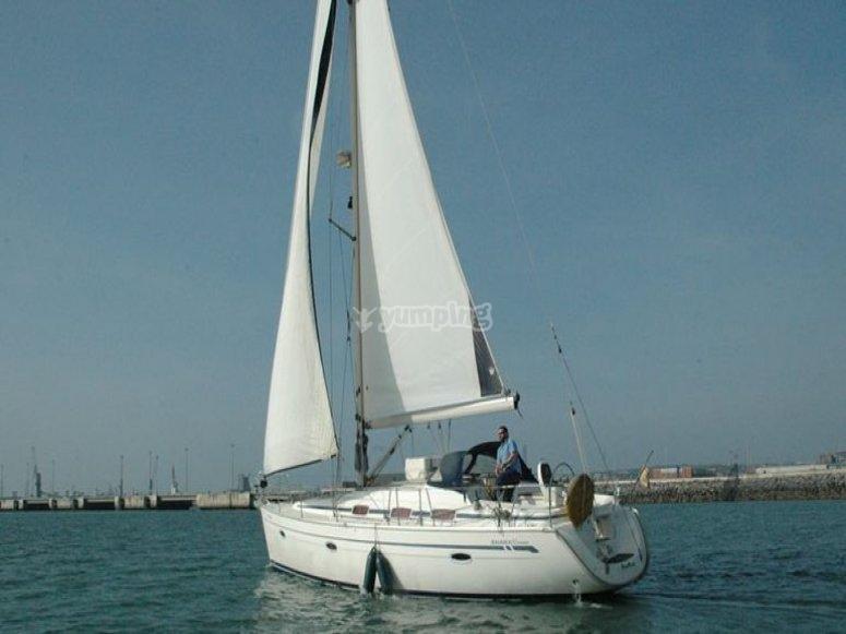 velero en mar