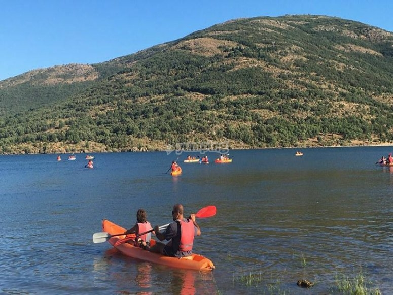 Montando en kayak en el embalse