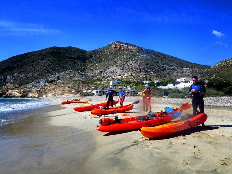 Preprando el kayak en la playa