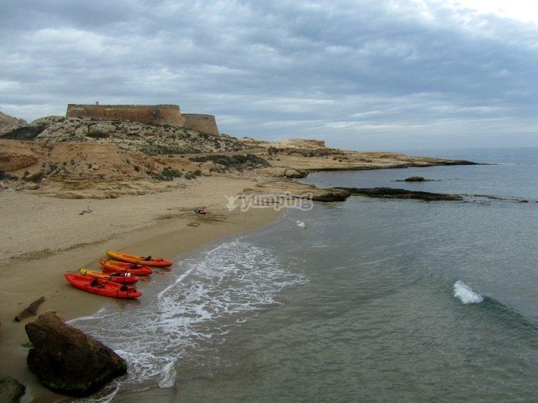 Vista de los kayaks en la arena