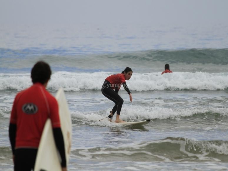 Equilibrio sobre la tabla de surf