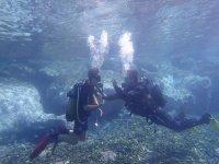 Junto al instructor bajo el mar