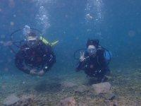 Saludando en el fondo marino