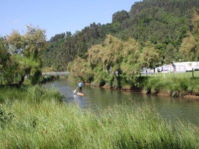Paddle surf attraversando il fiume nelle Asturie