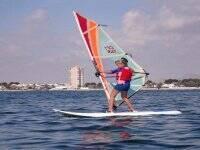 Alumna en su primera clase de windsurf