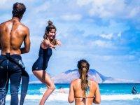 Supervisando a la alumna de surf