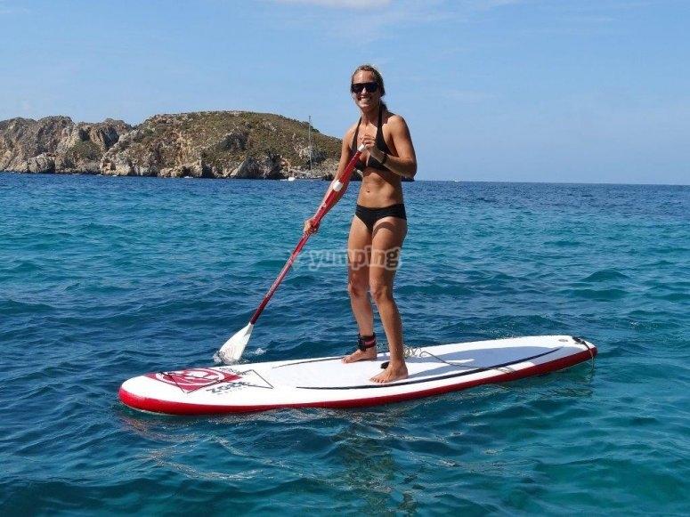 女子练习桨冲浪