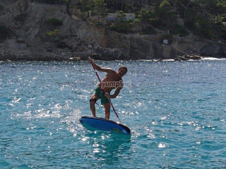 男子练习桨冲浪