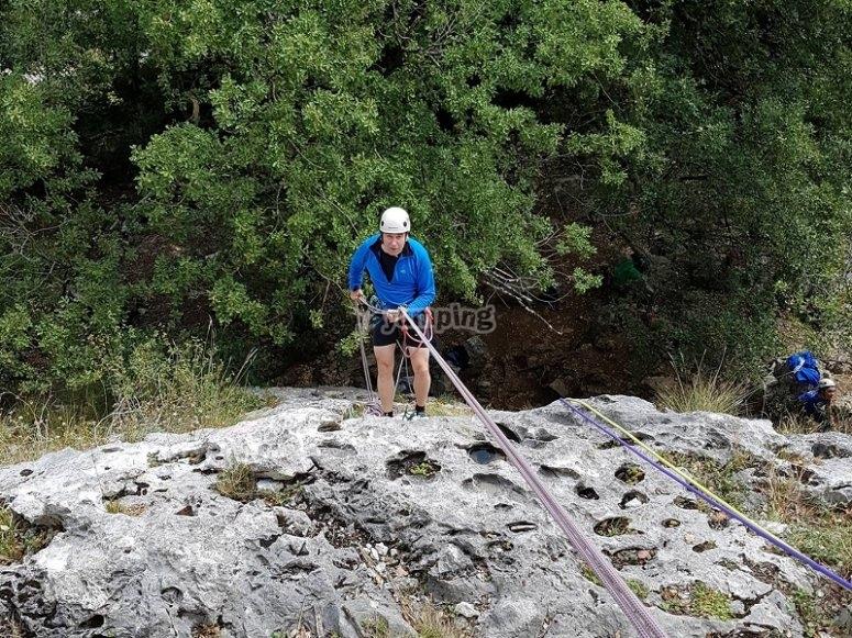 Escalando por la pared de roca