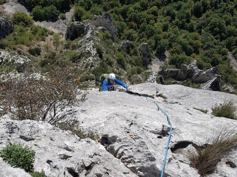 Sesion de escalada en pared natural