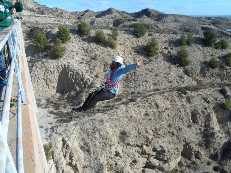 Saltando de puenting