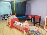 Cama elástica y túnel de bolas