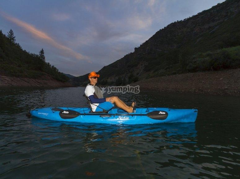 蓝色脚踏皮划艇