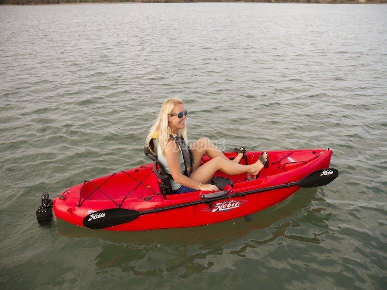红色皮划艇与桨