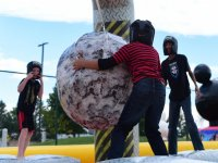 Sujetando la bola gigante