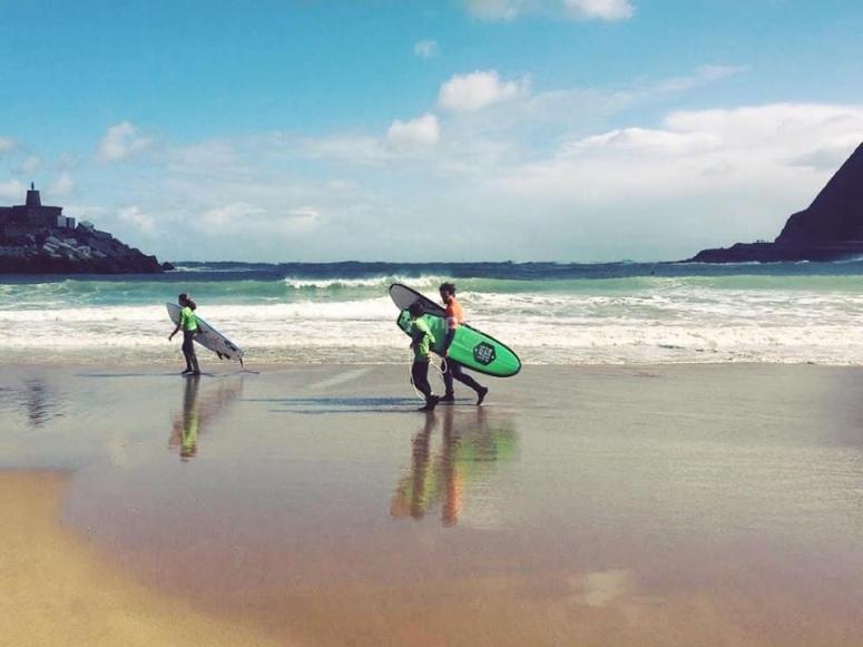Monitor y alumnos de surf