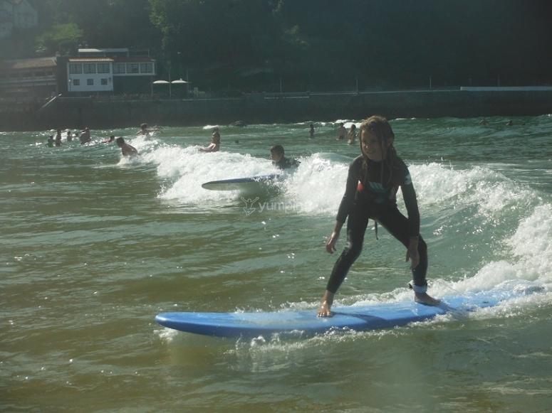 Zarautz的蓝色冲浪板