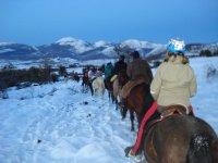 Montando a caballo con nieve