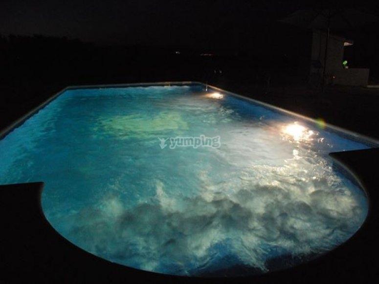 piscina iluminada de noche