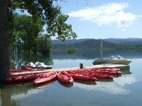 Kayaks en el embarcadero