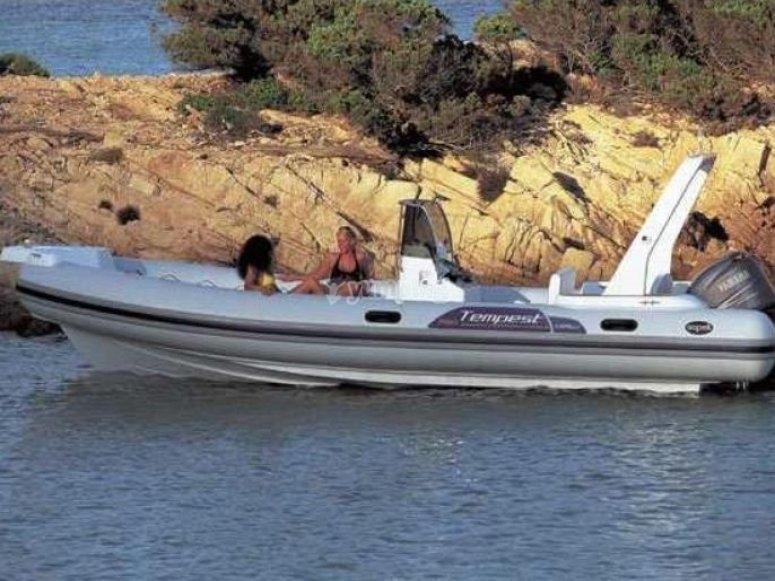 Relajadas en el barco junto a la costa