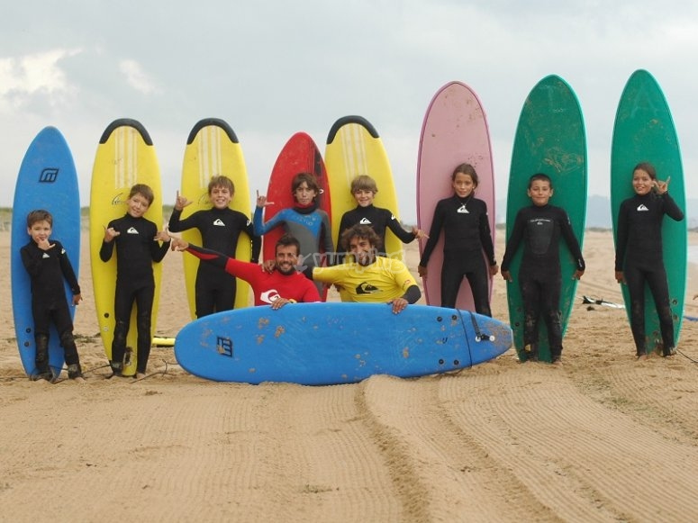 Group of surfing students