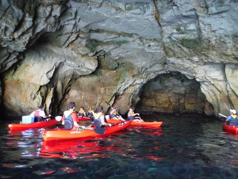 Kayaks en la cueva