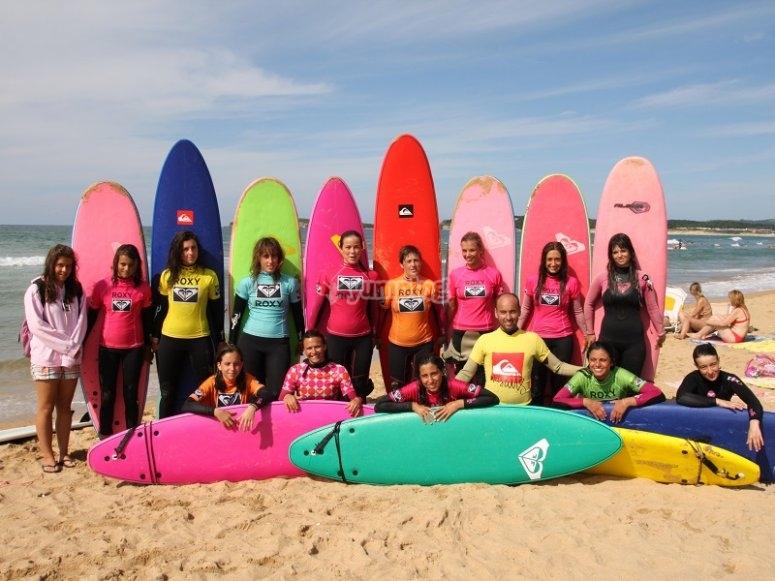 Grupo de chicas surferas
