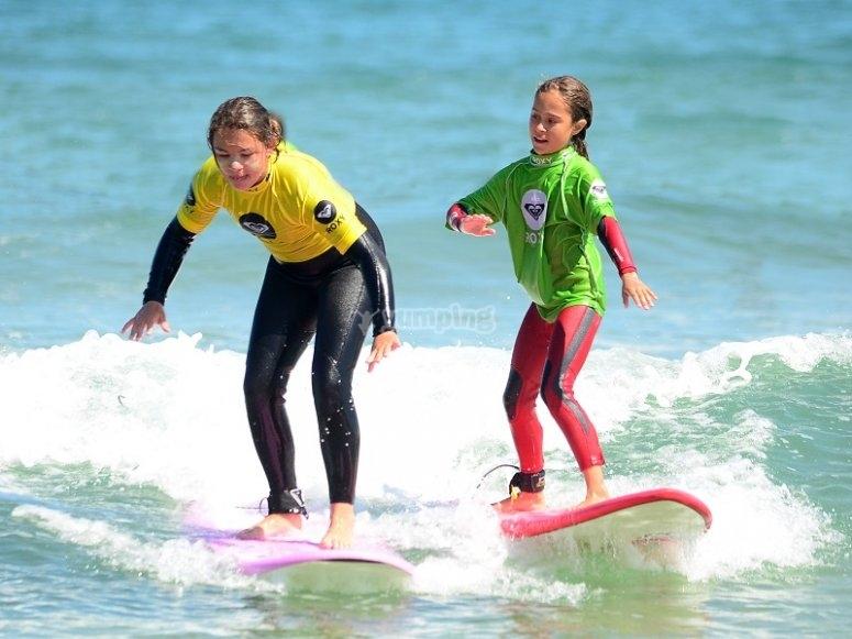 Chicas haciendo surf