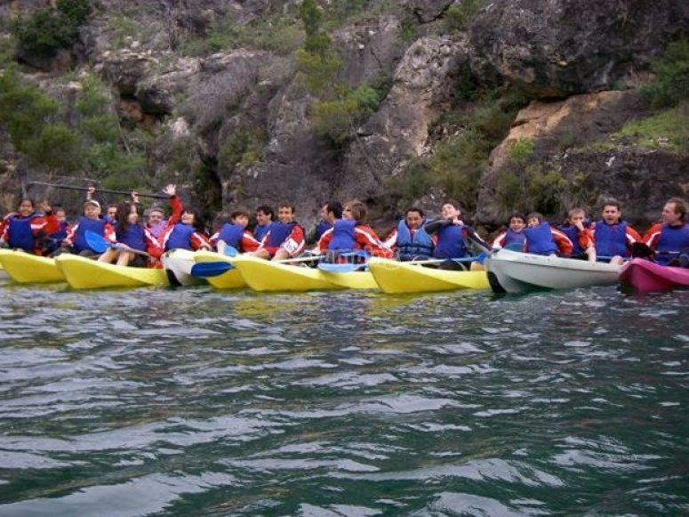Giovani in canoa