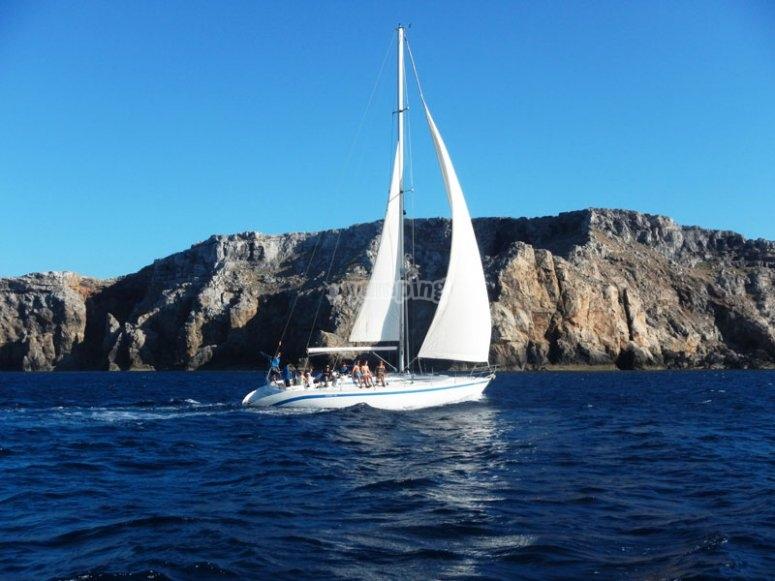 在梅诺卡岛乘船游览