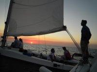 Paseo en Catamarán al atardecer en Menorca 3 horas