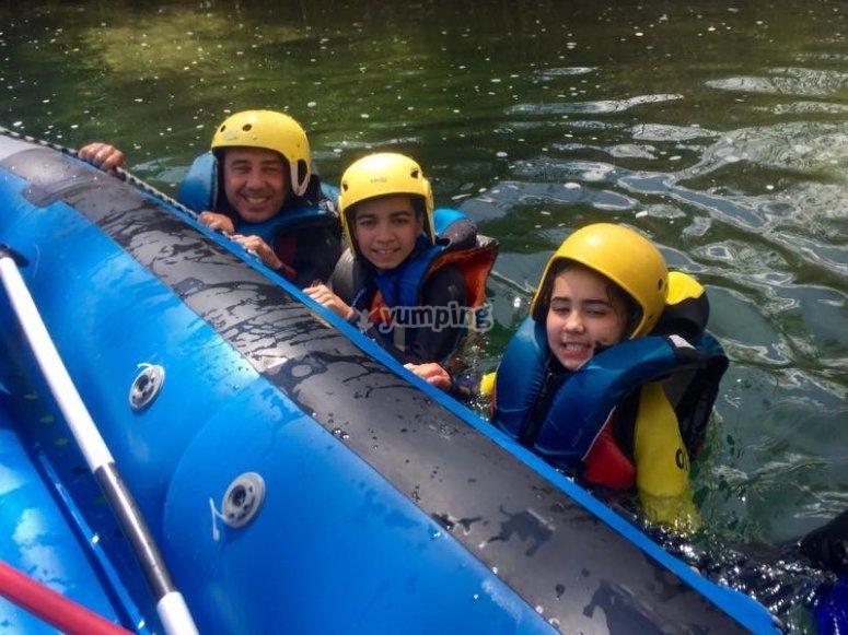 Con los peques haciendo rafting en el Guadiela