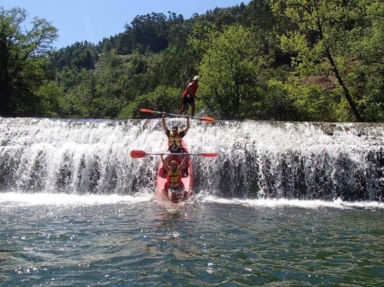 Canoas en la caida de agua del Ason