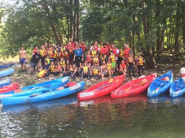 Grupo de canoas por el rio Ason