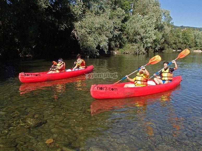 Navegando en canoa en el Ason