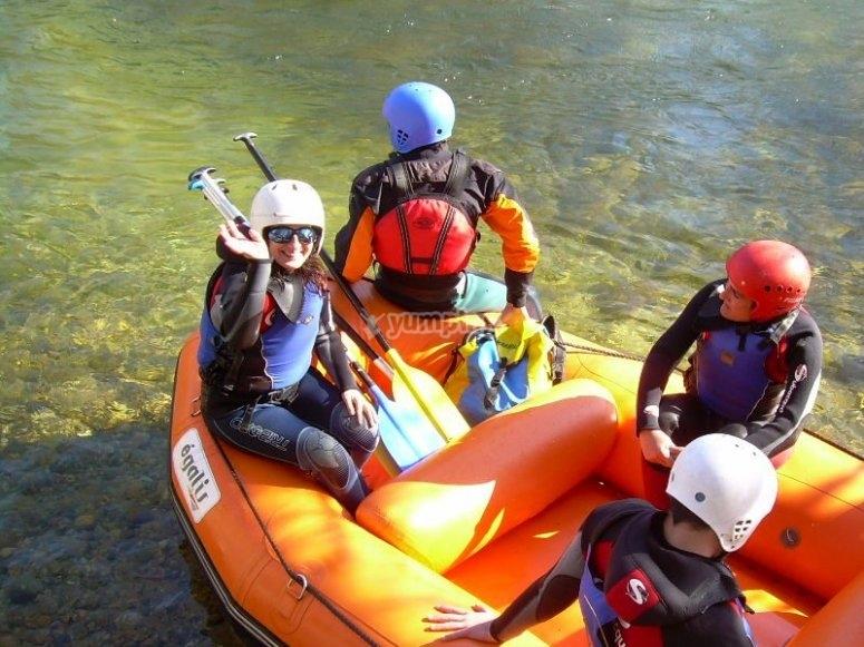 Preparando el descenso de rafting en el Tormes
