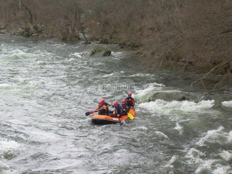 Rafting en aguas bravas en el Tormes