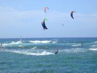 Haciendo Kite surfing en grupo