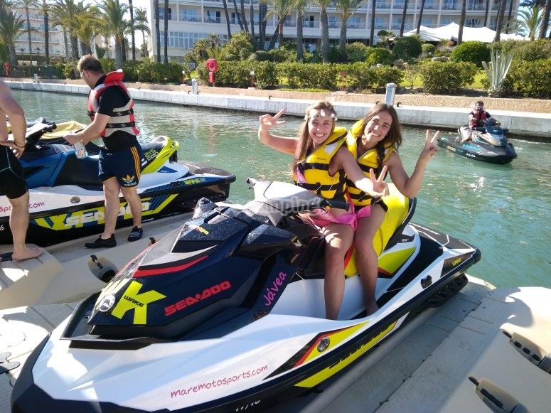 Chicas en la moto de agua