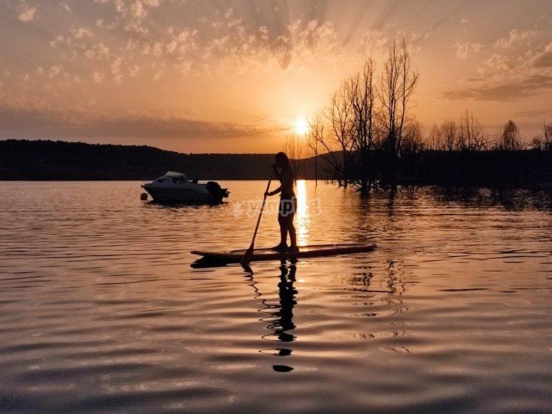 Día de paddle surf al atardecer