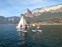 充满阳光独木舟桨冲浪在水库塔