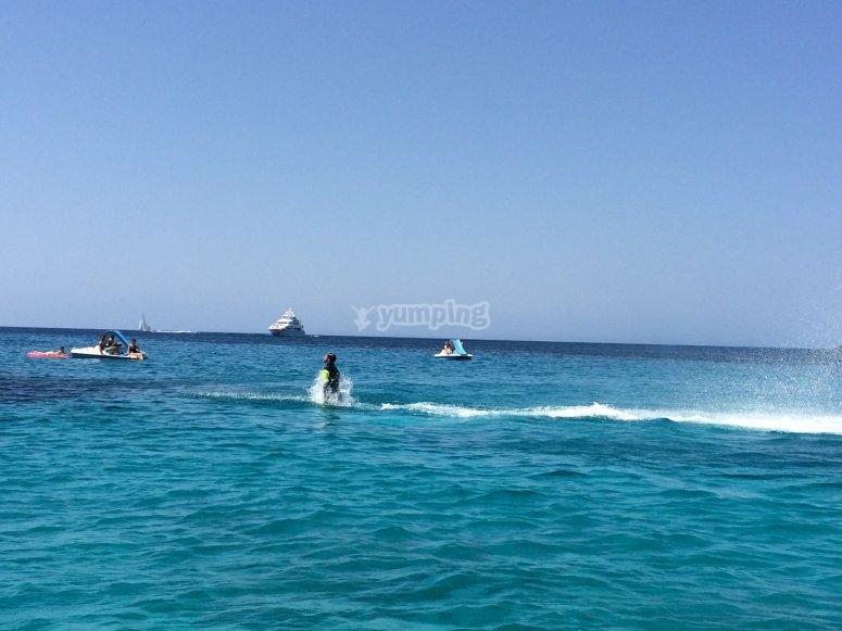 乘坐水上摩托艇穿越梅诺卡岛