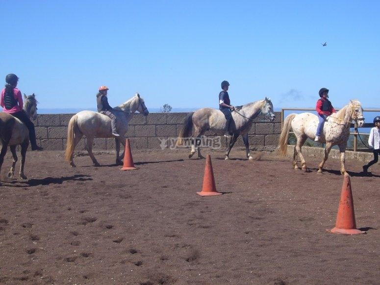 Alumnos montando a caballo
