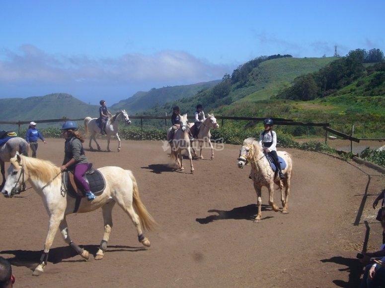 Montando a caballo en la pista