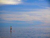 Momentos unicos en una tabla con el mar en calma