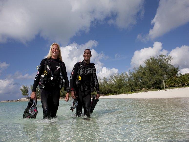 潜水员在海滩