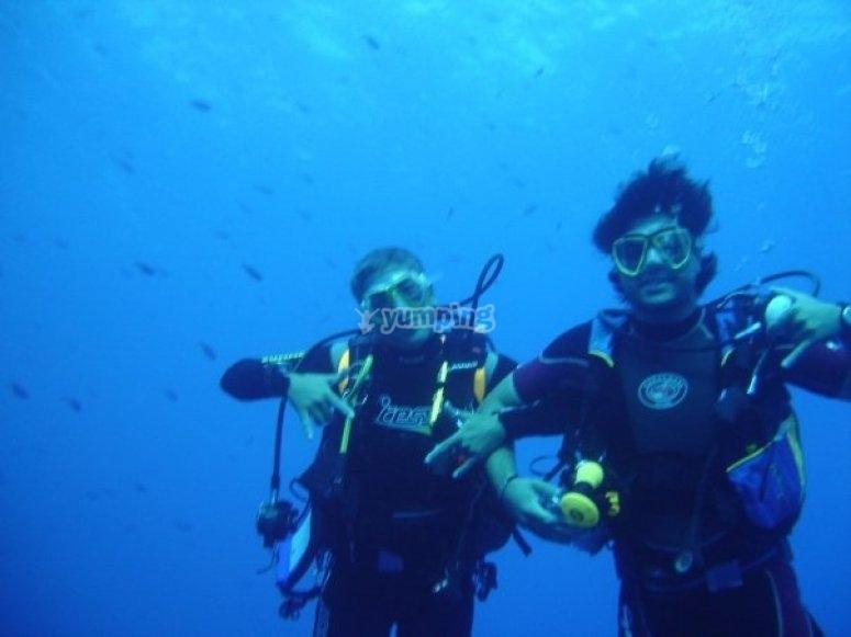 在海中潜水